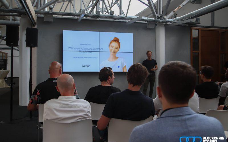 Sasha van Waves NL begint de presentatie met een introductie.